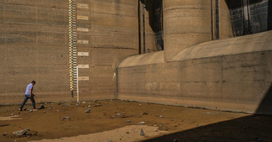 23.jan.2015 - Funcionário caminha por uma barragem no principal portão da Cantareira, o maior reservatório de água que abastece a área metropolitana de São Paulo. As autoridades prometem soluções ambiciosas, como novos reservatórios, mas elas são a longo prazo; muitas pessoas na área metropolitana de 20 milhões se assustam com a possibilidade de a reserva da Cantareira se esgotar em 2015