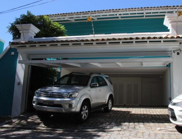12.fev.2015 - Depois de apreender os bens de Eike Batista, a Polícia Federal foi à casa da ex-mulher do empresário, Luma de Oliveira. Pelo menos três veículos foram levados pela polícia