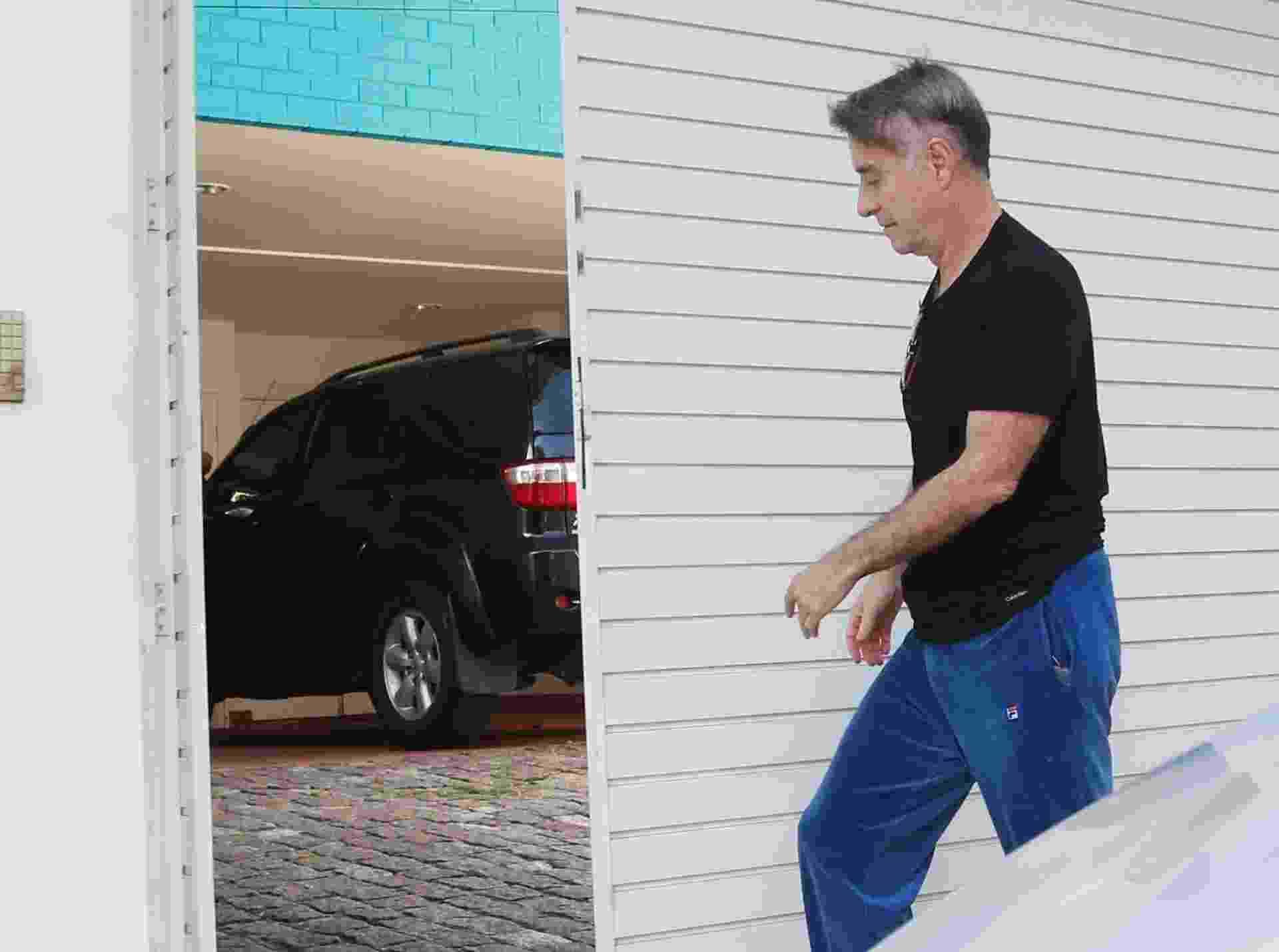 12.fev.2015 -  Polícia Federal faz operação de busca e apreensão na casa de Luma de Oliveira. Eike Batista chega a casa de Luma onde 3 carros foram apreendidos - Marcelo Carnaval / Agência O Globo