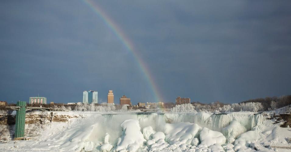 17.fev.2015 - Arco-íris sobre as cataratas do Niágara congeladas em sua superfície. Ao contrário das lendas urbanas, as cataratas não ficam em estado sólido, e o rio Niágara segue seu fluxo