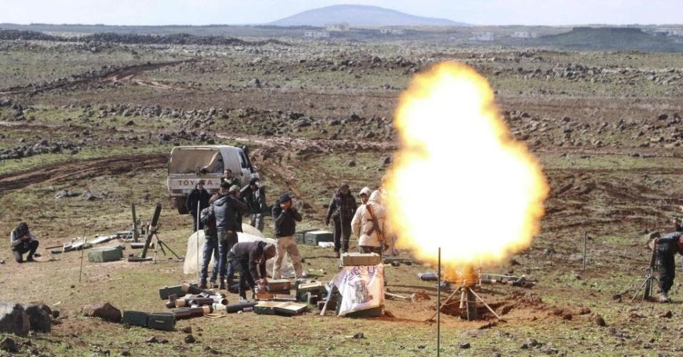 19.fev.2015 - Combatentes rebeldes disparam um foguete contra as forças leais ao ditador da Síria, Bashar Assad, no noroeste de Deraa, na quinta-feira (18). Os intensos combates no sul da Síria mataram dezenas de pessoas
