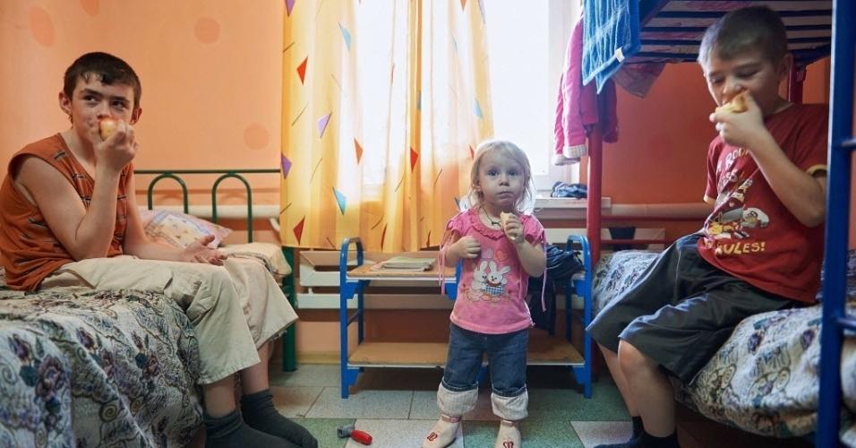 19.fev.2015 - Crianças ucranianas comem frutas em um quarto em um campo de refugiados na região Rostov, na Rússia, na quarta-feira (18). O presidente da Ucrânia, Petro Poroshenko, pediu que soldados de paz da ONU sejam enviados ao leste do país para fazer cumprir um cessar-fogo entre as forças do governo e rebeldes separatistas pró-Rússia