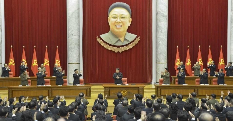 19.fev.2015 - Ditador norte-coreano Kim Jong Un (ao centro) é aplaudido durante reunião do comitê central do Partido dos Trabalhadores da Coreia do Norte, em Pyongyang. A foto divulgada pela agência de notícias do país, a KCNA, é de 18 de fevereiro