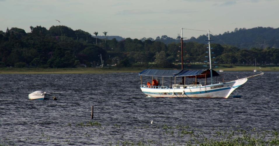 19.fev.2015 - Barcos são deixados próximos da margem na represa do Guarapiranga, na manhã desta quinta-feira (19), na região de Interlagos, zona sul de São Paulo (SP). O nível de água cresceu de 56,3% para 56,8%. Já o sistema Cantareira subiu 0,6 ponto percentual, chegando a 9,5%, incluindo as duas cotas do volume morto. O percentual é o mesmo registrado há cerca de três meses