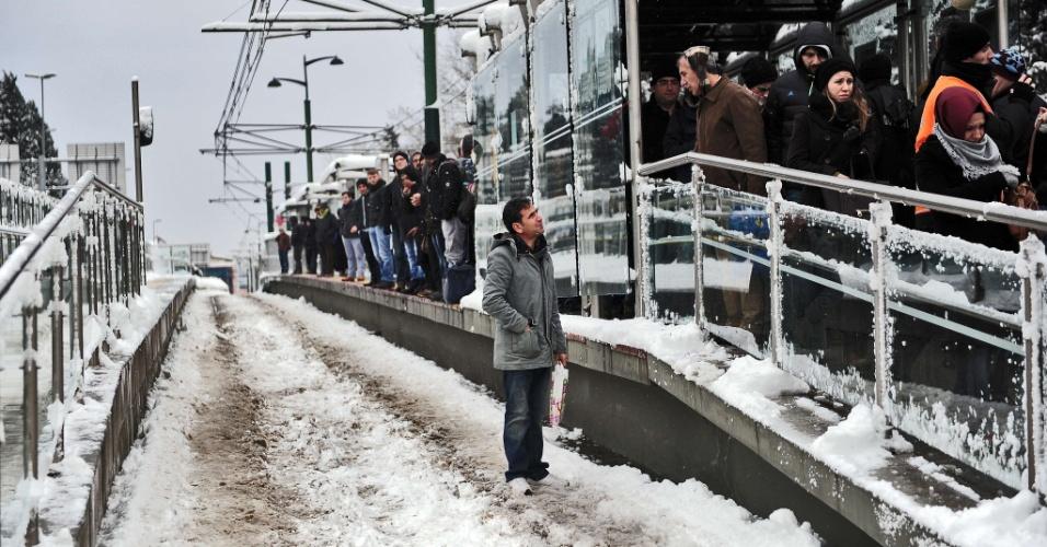 19.fev.2015 - Moradores de Istambul esperam o bonde em meio a atrasos após a maior nevasca dos últimos 28 anos na capital da Turquia