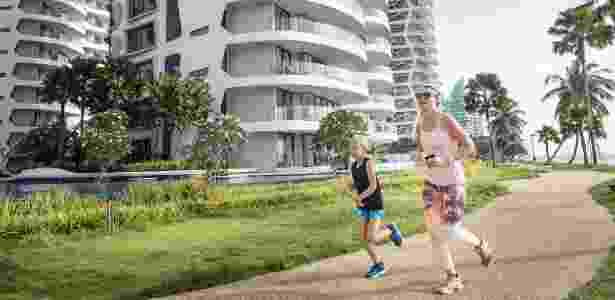 2.fev.2015 - Mulher e criança correm em área residencial de Sentosa Cove, em Cingapura - Edwin Koo/The New York Times