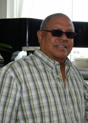 17.set.2010 - O cantor e compositor cubano Pablo Milanés posa para foto no saguão do Hotel Olinda, no bairro de Copacabana, no Rio de Janeiro (RJ)