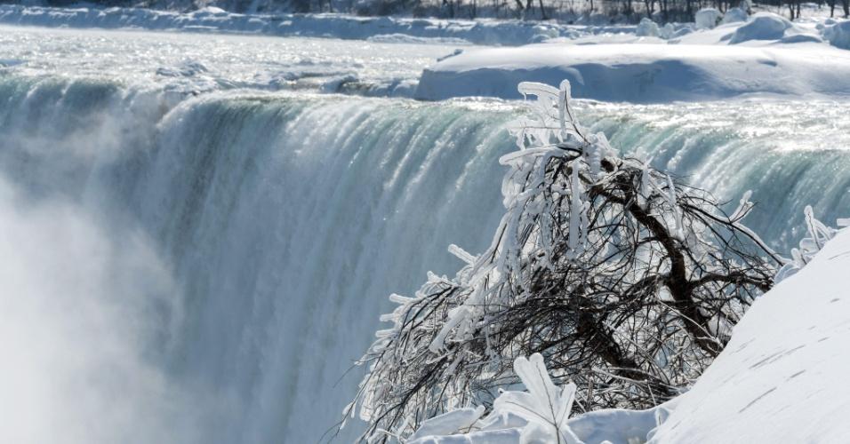 20.fev.2015 - Com o frio extremo, as águas das Cataratas do Niágara, que se situam na fronteira entre Estados Unidos e Canadá, ficaram congeladas e as temperaturas atingiram a marca dos -14ºC