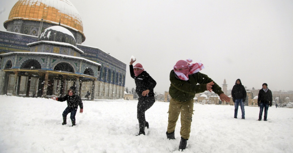 20.fev.2015 - Crianças palestinas brincam em frente à mesquita de Al Aqsa, em Jerusalém, nesta sexta (20). Em países como Israel, Jordânia e Líbano, muitas pessoas foram obrigadas a ficar em casa por causa de estradas bloqueadas