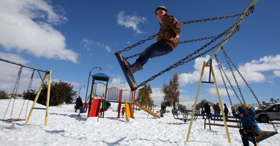 20.fev.2015 - Crianças palestinas brincam em um parque coberto de neve em Ramallah, na Cisjordânia. Em países como Israel, Jordânia e Líbano, muitas pessoas foram obrigadas a ficar em casa por causa de estradas bloqueadas