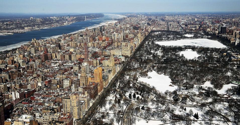 20.fev.2015 - Gelo e neve encobrem o Central Park, em Nova York, em mais um dia gelado na região leste dos Estados Unidos, com temperaturas abaixo de zero