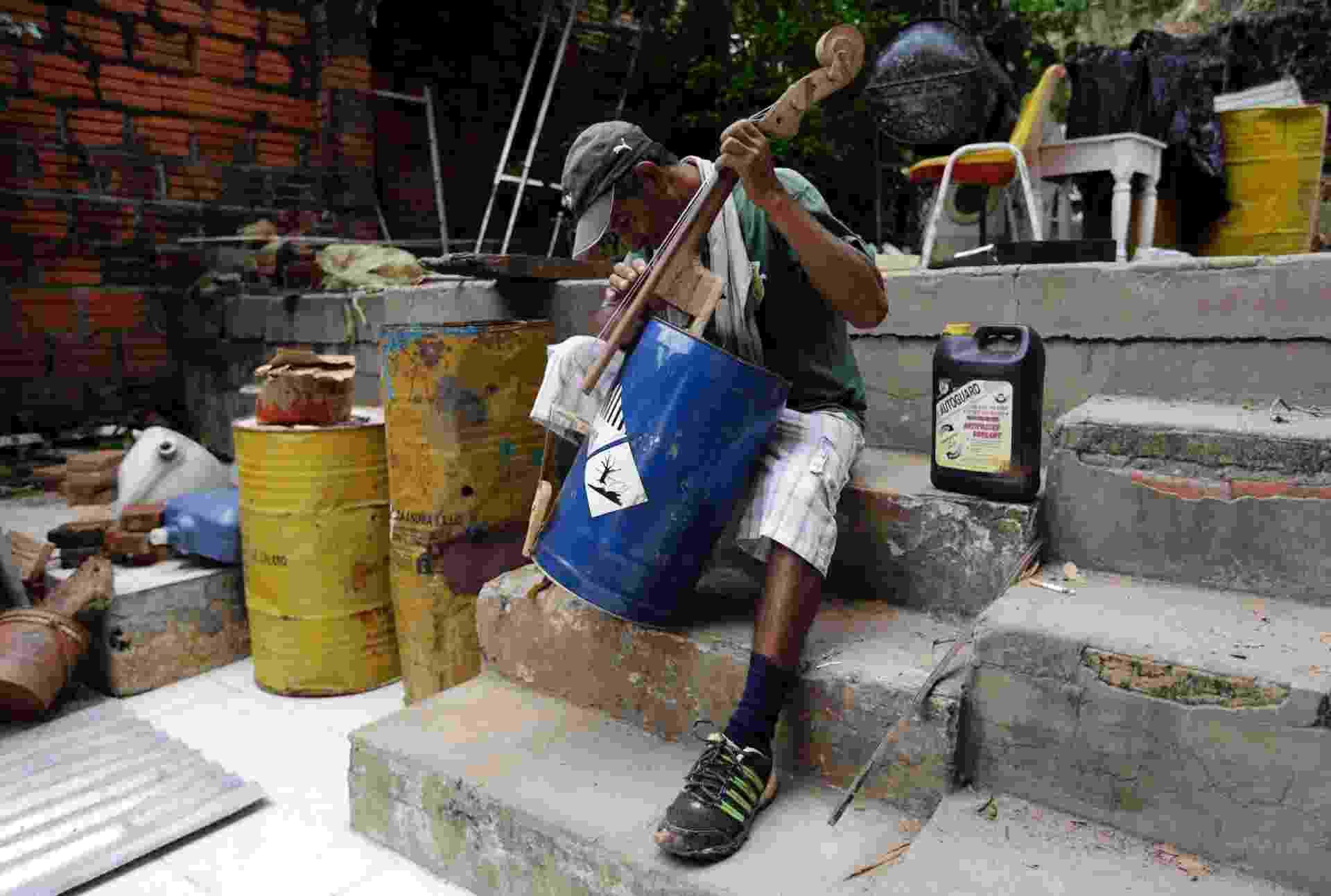 20.fev.2015 - Homem toca instrumento musical produzido com um antigo barril de petróleo em Cateura, no Paraguai - Jorge Adorno/Reuters