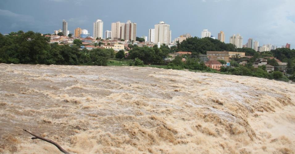 20.fev.2015 - O aumento no nível do rio Piracicaba foi um dos principais motivos da alta no sistema Cantareira. As chuvas dos últimos dias quase dobraram o nível do rio nesta semana
