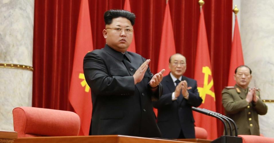 20.fev.2015 - O novo visual do líder da Coreia do Norte está chamando a atenção. Na quarta-feira (18), Kim Jong-un participou de uma reunião em Pyongyang onde exibiu os cabelos, normalmente raspados nas laterais, começando a crescer e as sobrancelhas estranhas