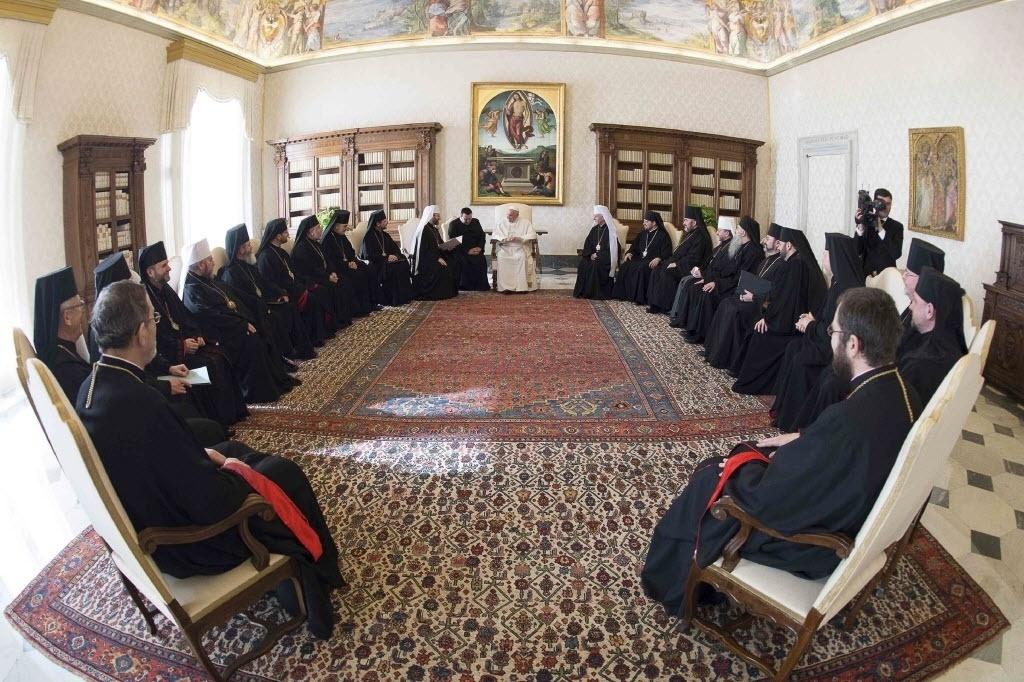 20.fev.2015 - Papa Francisco conversa com bispos ucranianos durante uma reunião no Vaticano, nesta sexta-feira (20). Francisco pediu aos religiosos que evitem