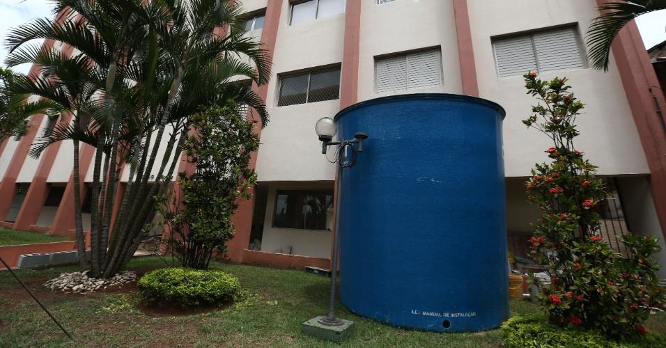 20.fev.2015 - Prédio no bairro do Ipiranga instala caixa d´agua para captar agua da chuva
