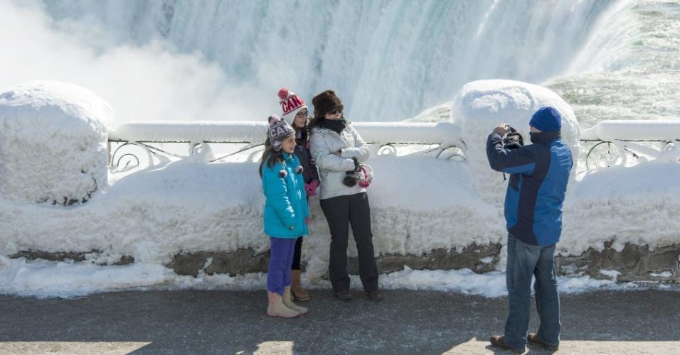 20.fev.2015 - Turistas fazem fotos nas cataratas do Niágara, no Canadá. Com o frio extremo, as águas das Cataratas do Niágara, que se situam na fronteira entre Estados Unidos e Canadá, ficaram congeladas e as temperaturas atingiram a marca dos -14ºC