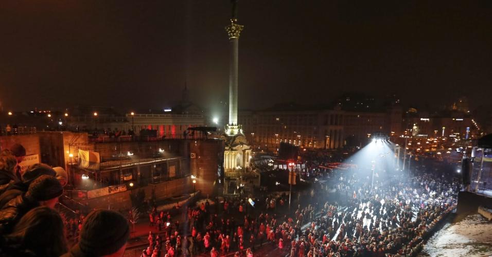 20.fev.2015 - Ucranianos comparecem à cerimônia de comemoração aos mortos há um ano durante a onda de protestos conhecida como Euromaidan, que exigia a aproximação da Ucrânia a Europa e resultou na queda do presidente pró-Rússia Viktor Yanukovich