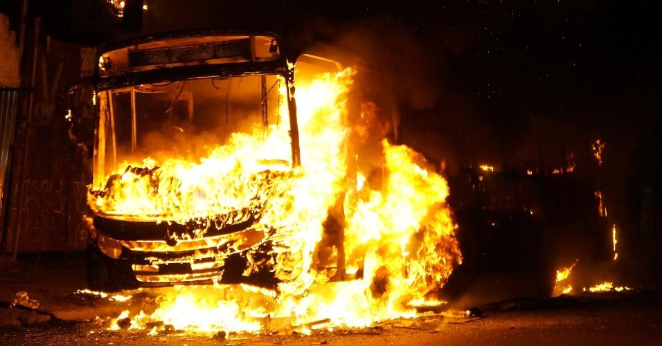 21.fev.2015 - Dois ônibus foram incendiados na Avenida Interlagos, zona sul de São Paulo, na noite deste sábado (21). A polícia suspeita que os ataques tenham acontecido em protesto contra o assassinato de um homem na região