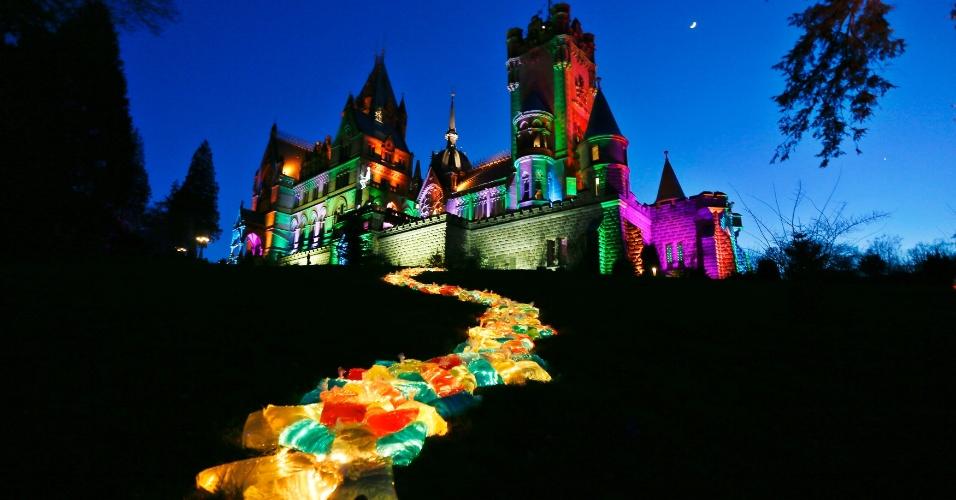 22.fev.2015 - Castelo de Drachenburg, perto de Bonn, na Alemanha, é iluminado por uma obra do artista alemão Wolfgang luz Flammersfeld em Koenigswinter. A instalação de luz no castelo neogótico, que foi construída pelo Barão Stephan von Sarter em uma colina ao longo do rio Reno, em 1882, pode ser visto nos fins de semana até 15 de março