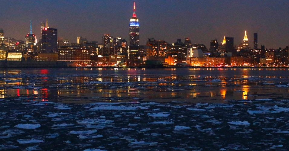 22.fev.2015 - Gelo flutua no rio Hudson à frente da ilha de Manhattan, em Nova York, vista da cidade de Hoboken, Nova Jérsei. A frente fria que atingiu a costa leste americana no último sábado, trazendo neve e granizo, foi amenizada no domingo, segundo a meteorologia