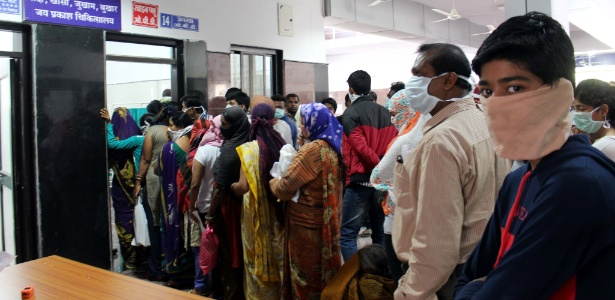 Pacientes suspeitos de estarem com gripe suína fazem fila para serem atendidos em hospital público na cidade de Bhopal, na Índia. A foto é de fevereiro de 2015