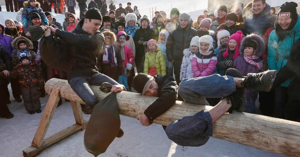 22.fev.2015 - Guerra de travesseiros na cidade de Krasnoyarsk, na região da Sibéria. A brincadeira faz parte das comemorações de Maslenitsa, feriado festivo para comemorar o fim do inverno