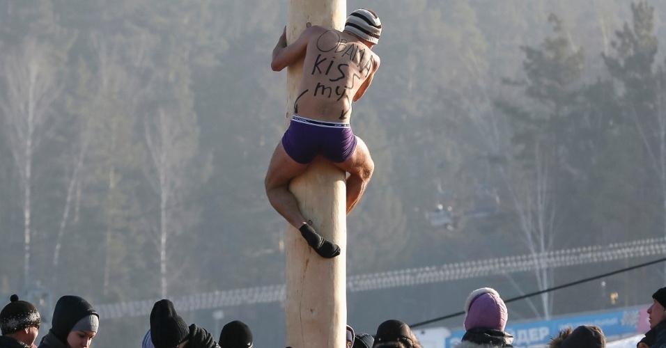 22.fev.2015 - Homem sobe em um poste de madeira de 13 metros de altura para obter um prêmio durante as celebrações Maslenitsa na Rússia. A festa marca o fim do inverno, comemorado com muitas panquecas e brincadeiras de demostração de força