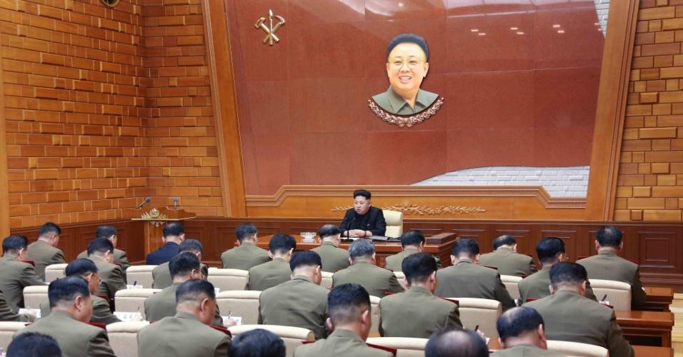 23.fev.2015 - O líder norte-coreano Kim Jong-un encontra-se com a Comissão Militar Central do Partido dos Trabalhadores, em Pyongyang, em imagem divulgada nesta segunda-feira (23) pela agência estatal de notícias