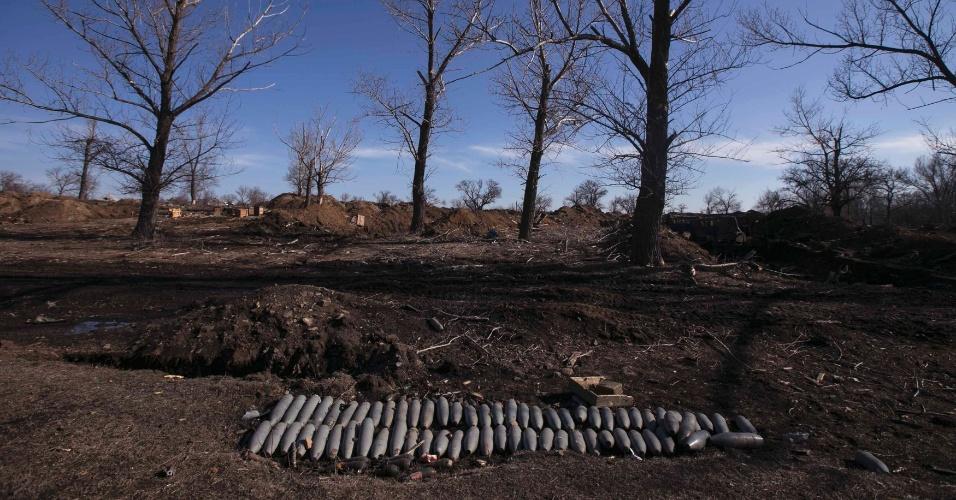 23.fev.2015 - Bombas de artilharia são vistas deixadas no chão em área de uma composição destruída do exército ucraniano. O governo de Kiev acusou os rebeldes pró-Rússia de abrir fogo com foguetes e artilharia em aldeias no sudeste da Ucrânia na segunda-feira (23), quando deveria iniciar o cessar-fogo