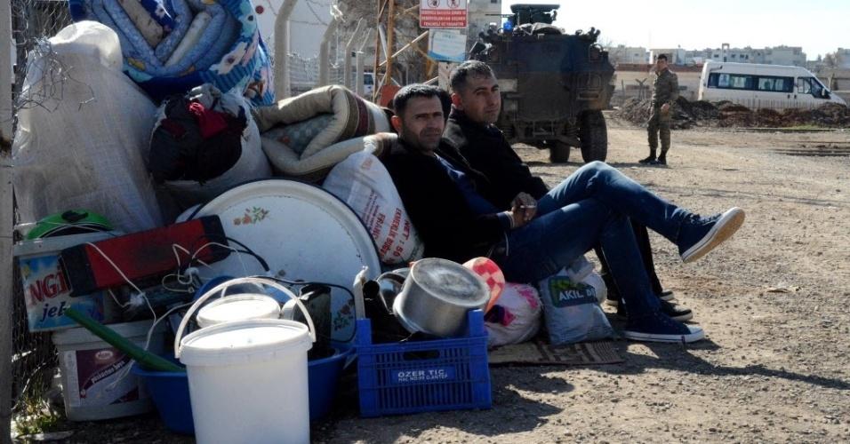 23.fev.2015 - Curdos esperam na cidade fronteiriça de Sanliurfa, na Turquia, para retornar à cidade síria de Kobane, também conhecida como Ain al-Arab, nesta segunda-feira (23). As forças curdas tomaram o controle do local de integrantes do grupo terrorista Estado Islâmico