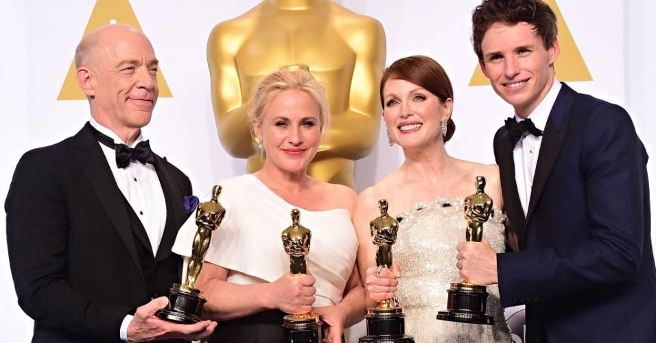 """23.fev.2015 - Da esquerda para a direita, J. K. Simmons, vencedor do prêmio """"Melhor ator coadjuvante"""", Patricia Arquette, vencedora como """"Melhor atriz coadjuvante"""", e Julianne Moore e Eddie Redmayne, ganhadores dos prêmios de """"Melhor atriz"""" e """"Melhor ator"""", respectivamente,  posam com seus Oscars neste domingo (22) em Hollywood, na Califórnia (EUA). """"Birdman (Ou a Inesperada Virtude da Ignorância)"""" foi eleito o melhor filme no Oscar 2015"""