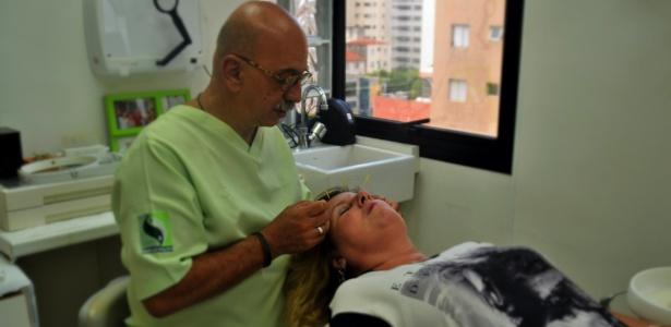 Gisele Kaussinis recebe aplicação de acupuntura do cirurgião-dentista Helio Sampaio Filho