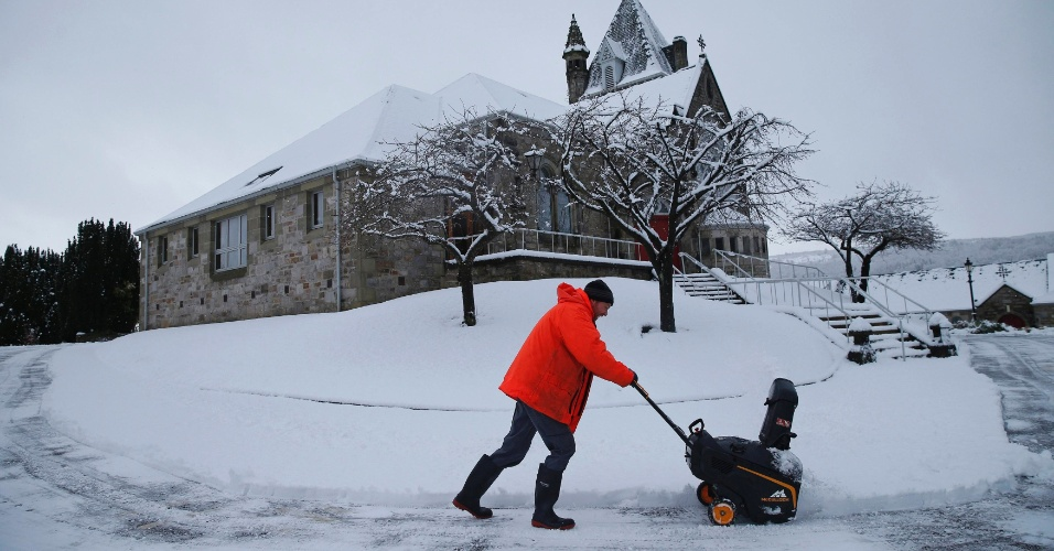 23.fev.2015 - Homem limpa trilha de neve em Pitlochry, na região central da Escócia