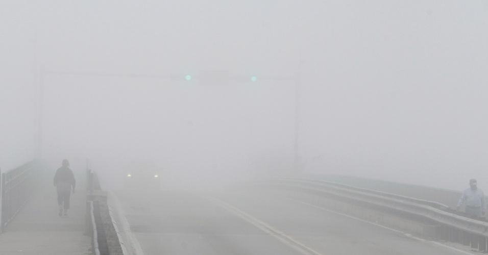 23.fev.2015 - Morador atravessa ponte Dunedin sob forte neblina, na Flórida (EUA), nesta segunda-feira (23)