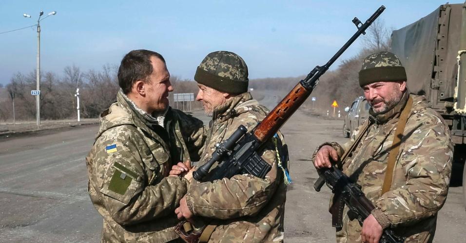 23.fev.2015 - Membros das forças armadas ucranianas cumprimentam uns aos outros depois de voltar da linha de frente, próximo a Artemivsk, leste da Ucrânia. Um militar da Ucrânia afirmou que dois de seus soldados foram mortos e 10 foram feridos nas últimas 24 horas, sinalizando que o combate não parou para permitir um acordo de trégua