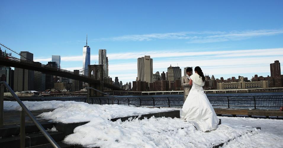 23.fev.2015 - Recém-casados posam para fotógrafos à beira do rio Leste congelado, em Nova York