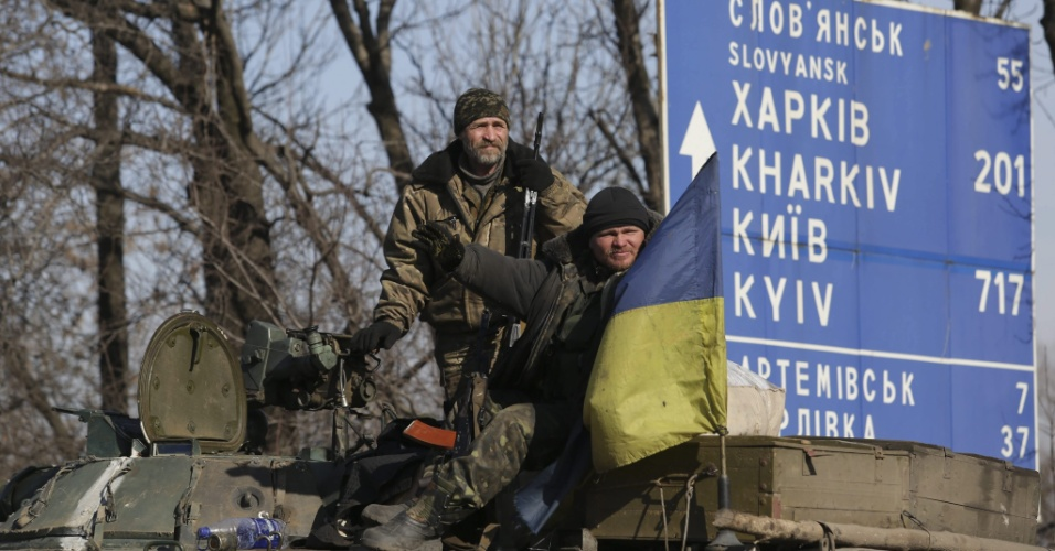 23.fev.2015 - Soldados ucranianos descansam na região de Artemivsk, próxima a Donetsk, onde se situam separatistas pró-Russia. De acordo com o comando militar ucraniano, o exército iniciará a retirada do armamento pesado da zona de segurança no leste do país enquanto as as forças pró-Rússia respeitarem o cessar fogo