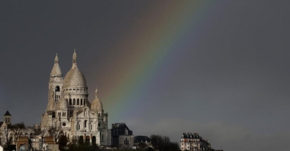 23.fev.2015 - Um arco-íris surge acima da basílica de Sacre Coeur no bairro de Montmartre, em Paris (França), após uma chuva repentina atingir a cidade, nesta segunda-feira (23)