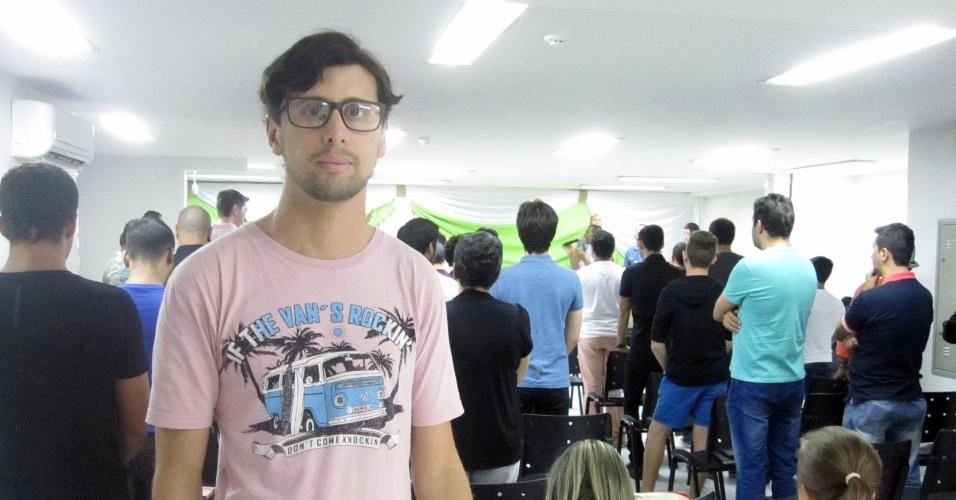 21.fev.2015 - Fabio Carvalho cuida do Facebook da Comunidade Athos