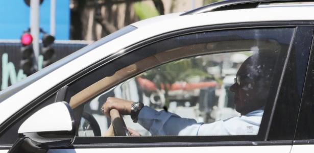 Foto mostra o juiz Flávio Roberto de Souza dirigindo o Porsche apreendido de Eike - Rafael Moraes/Agência O Globo