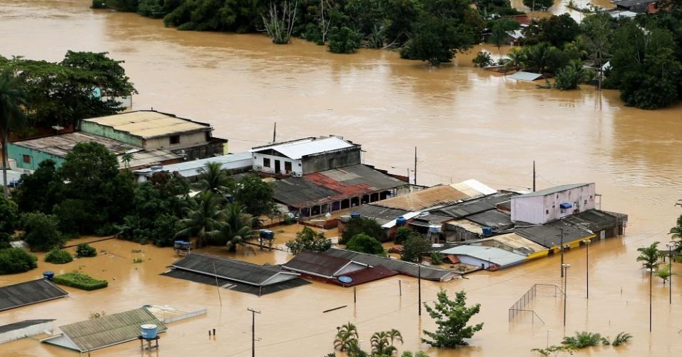 24.fev.2015 - Cheia do rio Acre faz com que casas da cidade de Brasileia sejam quase completamente submersas