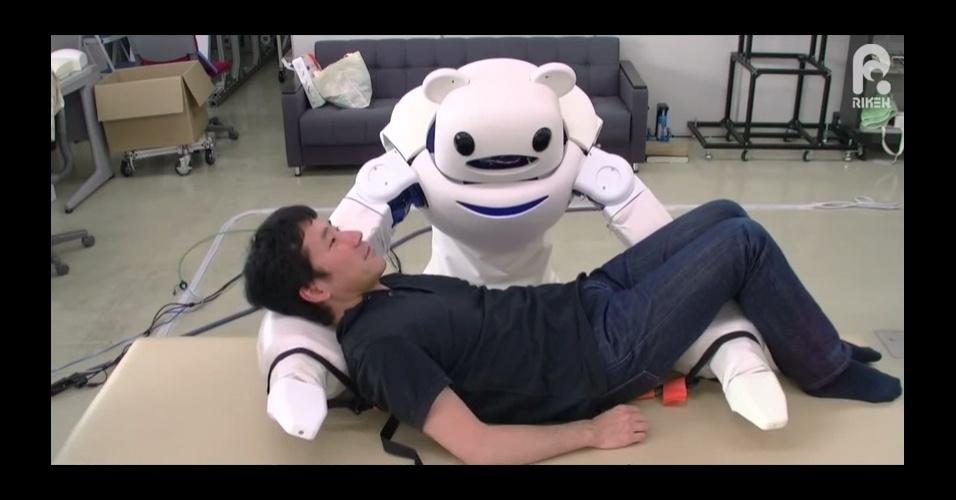 """24.fev.2015 - O instituto japonês Riken desenvolveu um robô capaz de auxiliar na locomoção de cadeirantes. Com a força de um humanoide e a cara de um urso, o """"Robear"""" pode carregar até 80 kg e conta com sensores de toque que possibilitam movimentos suaves"""