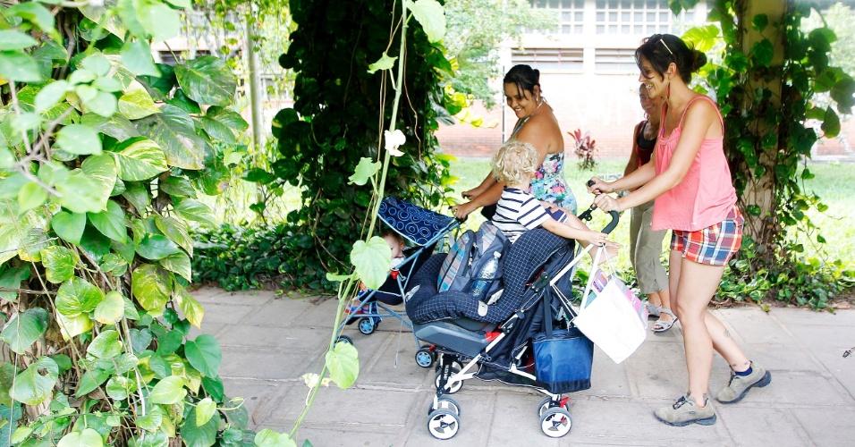 Alunas levam filhos pra assistir aulas na USP por falta de vagas em creche: na foto, Ione Messias (dir), Daniele Santana e Alice Zózima