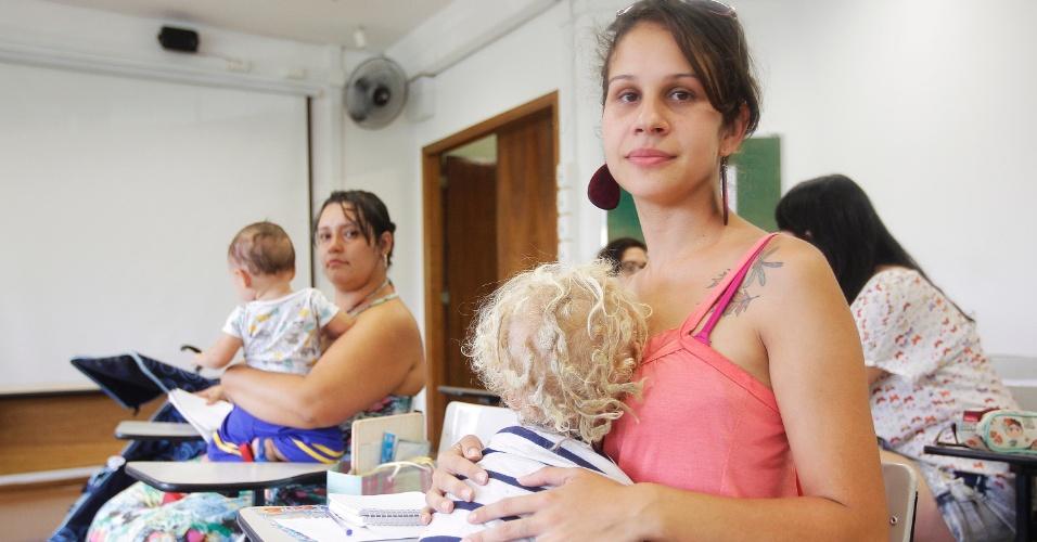 Alunas levam filhos pra assistir aulas na USP por falta de vagas em creche: Daniele Santana levou o filho para aula na Faculdade de Educação