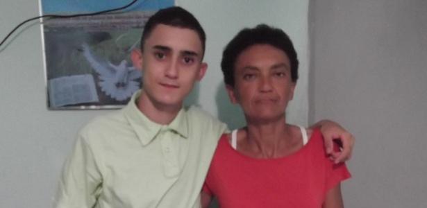 Primeiro lugar no IFRN, Thompson Vitor, 15, posa ao lado da mãe, Rosângela, que o ensinou a gostar de ler - Arquivo Pessoal