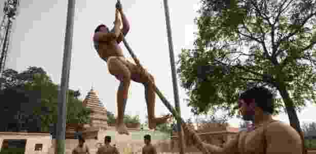 Homens de Fatehpur Beri fazem treinamento físico, mantendo as tradições do vilarejo - Kuni Takahashi/The New York Times