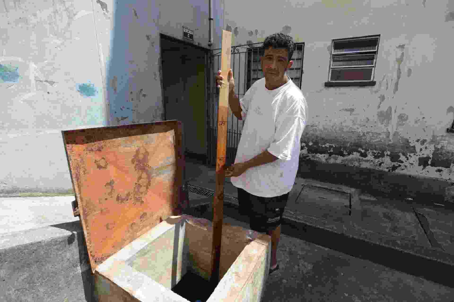 23.fev.2015 - Morador da Cidade Tiradentes, Ubirajara de Souza Rocha controla a água de uma cisterna, que abastece a caixa d´água do prédio onde vive - Nilton Fukuda/Estadão Conteúdo