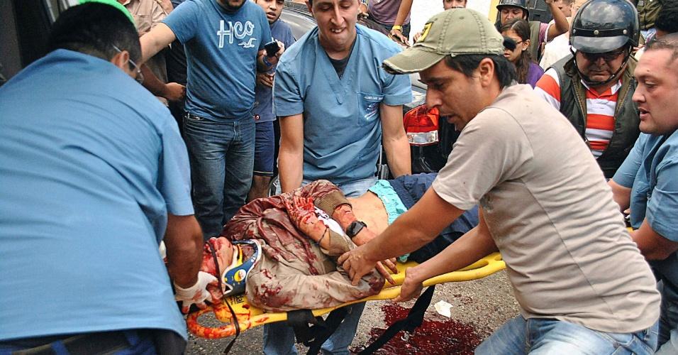 24.fev.2015 - O corpo do estudante de 14 anos de idade Kluiver Roa é carregado depois que ele morreu durante um protesto em San Cristobal, na Venezuela