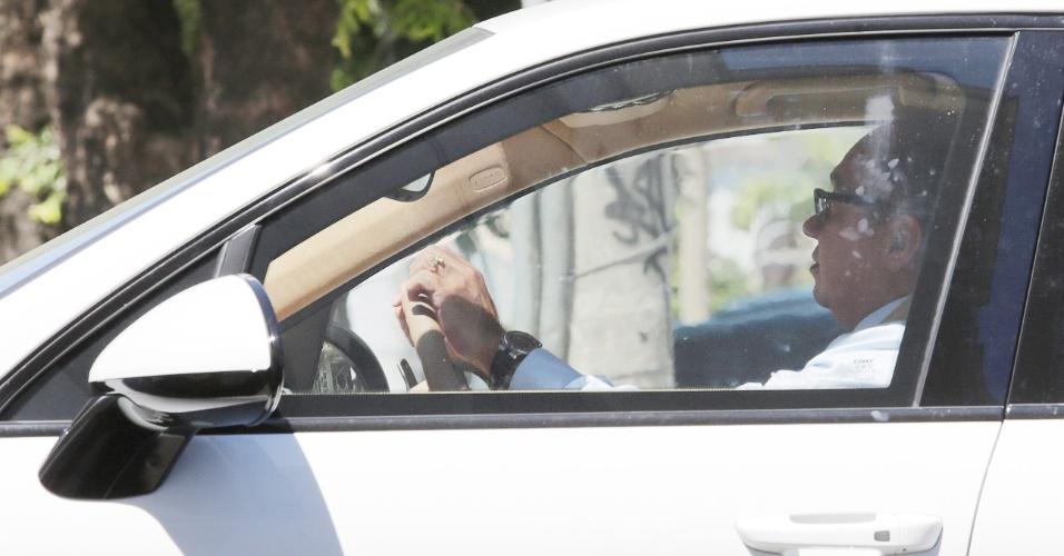 """24.fev.2015 - O juiz Flávio Roberto de Souza foi visto dirigindo o Porsche apreendido do empresário Eike Batista. Em entrevista à """"Folha"""", o juiz confirmou que estava com o Porsche de Eike Batista e disse ter guardado o veículo na garagem do prédio onde mora, na Barra da Tijuca, para ficar seguro e protegido de sol e chuva. A corregedoria do Tribunal Regional Federal da Segunda Região, no Rio de Janeiro, abriu um processo para investigar a conduta do juiz"""